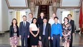 市人委會副主席黃革命(前排右三)與澳大利亞政治交流委員會代表團合影留念。(圖源:明協)