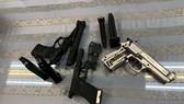 被查獲的違禁品手槍3把和子彈4盒。(圖源:山榕)