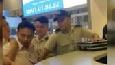 攻擊航空人員的男乘客被機場保安隊員及時控制。(圖源:視頻截圖)