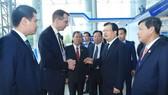 政府副總理鄭廷勇(右二)同外國投資商在Horasis論壇會議廳外討論並交換意見。(圖源:霸山)