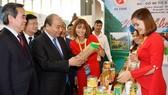 政府總理阮春福參觀農產品展。(圖源:何江)