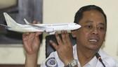 印尼運輸部門官員向記者解釋空難原因。(圖源:AP)