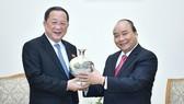 政府總理阮春福向朝鮮外長李勇浩贈送紀念品。(圖源:光孝)