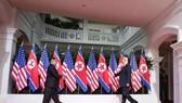 美國白宮當地時間2日發佈消息說,總統特朗普或將於明年1月或2月與朝鮮最高領導人金正恩再次舉行會晤。圖為6月12日,朝鮮最高領導人金正恩與美國總統特朗普在新加坡舉行會晤。(圖源:新華社)