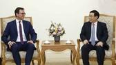政府副總理王廷惠(右)接見經濟合作與發展組織(OECD)、國家多邊複查報告(MDCR)制定部門經理簡‧萊蘭德爾。(圖源:越通社)