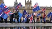 """英""""脫歐""""協議表決日臨近,數十人反英國脫歐人士在英國倫敦的下議院外抗議。(圖源:互聯網)"""