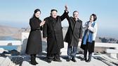 韓國民調:逾六成韓國人歡迎金正恩訪韓。圖為9月20日,文在寅夫婦(右)及金正恩夫婦(左)同登白頭山。(圖源:AP)