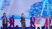 光榮-秀玲-翁偉智(左起)以勁歌熱舞拉開序幕。