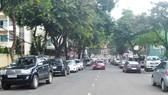 不少街道路邊停滿車輛。