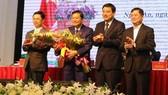 黎鴻榮同志(左二)以81贊成票(總數82票)當選2016-2021年任期乂安省人委會副主席。(圖源:PLO)