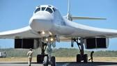 俄羅斯國防部15日發表聲明說,俄兩架圖-160戰略轟炸機已從委內瑞拉返回俄國內基地機場。圖為抵達委內瑞拉的圖-160轟炸機。(圖源:AFP)