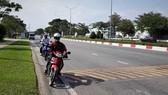 一部分人把車騎到離路邊最近的路段以避開減速坡。