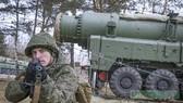 俄羅斯戰略火箭軍一名士兵正在導彈發射車附近警戒。(圖源:互聯網)