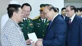 阮春福總理看望108中央軍隊醫院的病人。(圖源:VOV)