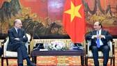 政府總理阮春福(右)接見意大利-東盟(東協),協會主席恩里科‧萊塔。(圖源:VOV)