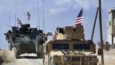 美軍巡邏車隊行駛在敘北部城鎮曼比季郊外。(圖源:AP)
