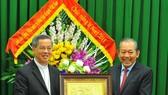 政府常務副總理張和平(右)向發艷總教區和牧師阮能贈送禮物祝賀聖誕節。(圖源:越通社)