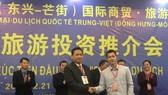 永進合作社總經理陳榮森(前左)與中國企業簽署越南農水海產品出口中國市場協議書。