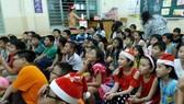 該中心華人學生正聆聽老師講述聖誕節故事。