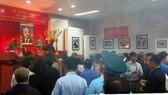 富安省領導同該省黨政代表上香緬懷已故南方民族解放陣線主席、國家代主席阮友壽律師。(圖源:人民報)