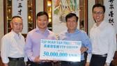 萬盛發集團代表(左二)向本報主編阮玉英 (右二)捐贈善款。