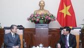 政府副總理、外交部長范平明(右)接見中國駐越南大使熊波。(圖源:越通社)