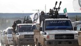 一支由土支持的敘反政府軍車隊向曼比季進軍。(圖源:路透社)