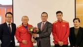 阮廷操大使(左三)向國足隊韓籍主教練朴恒緒贈送鮮花。(圖源:互聯網)