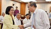 市委書記阮善仁(右)與本市退休高級幹部在聚會時親切握手交談。(圖源:市黨部新聞網)