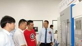 王騰飛總經理(右一)向貴賓介紹產品。