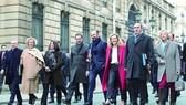 法國內閣成員早餐會後,步行至愛麗舍宮商討新一年的施政方針。(圖源:路透社)