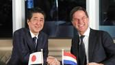 當地時間9日下午,日本首相安倍晉三(左)在荷蘭南部鹿特丹與該國首相呂特舉行會談。(圖源:共同社)