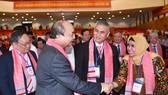 政府總理阮春福與各投資商交流。(圖源:光孝)