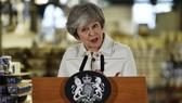 當地時間14日在一項有關脫歐協議的重要投票前夜,英國首相特蕾莎‧梅在位於英格蘭斯托克的波特梅里恩陶器廠講話。(圖源:AP)