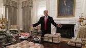 美國政府關門,特朗普在白宮請客人吃漢堡。(圖源:AP)