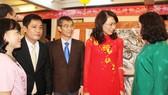 市人委會副主席阮氏秋(左四)會見萬盛發集團領導並表揚該集團積極支持元宵盛會組織經費。