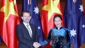 國會主席阮氏金銀(右)會見澳大利亞參議院議長斯科特‧里安。(圖源:越通社)