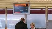 圖為在德國首都柏林的泰格爾機場,一名旅客在漢莎航空公司櫃檯辦理乘機手續。(圖源:新華社)