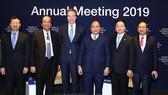 阮春福總理(右三)與越南代表團出席世界經濟論壇年會。(圖源:越通社)