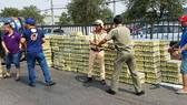 交警與民眾幫助司機將貨品收拾搬至另一車道。(圖源:志石)