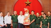 市委書記阮善仁(左四)探訪國防部第七軍區司令部的幹部、戰士並贈送禮物祝賀新年。(圖源:越勇)