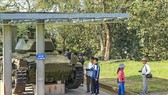 遊客在參觀奠邊府A1丘遺跡。(圖源:越通社)