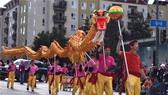 """當地時間9日下午1時許,在""""新年快樂""""的中英文歡呼聲和喜慶喧天的鑼鼓聲中,2019年 金龍大遊行在洛杉磯中國城開場。(圖源:互聯網)"""