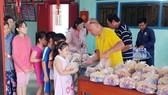 在關帝廟內派慈善餐。