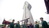 黃如理同志(右三)與保肯邊防哨所的戰士們在保肯英雄烈士紀念台旁交流。