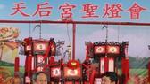 """王永勝理事長(左)向平陽玉田房地產公司代表移交""""一帆風順""""聖燈。"""