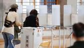 民眾到票站投票。(圖源:AP)