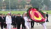 朝鮮最高領導人金正恩前往晉謁胡志明主席陵和敬獻花圈。(圖源:越通社)