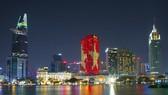 夜色中披上越南國旗霓虹燈的時代廣場。