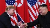 美國總統特朗普和朝鮮領導人金正恩二次峰會時握手。(圖源:AFP)